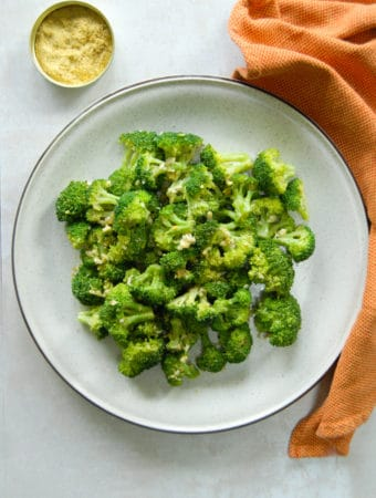 vegan cheesy broccoli side dish.